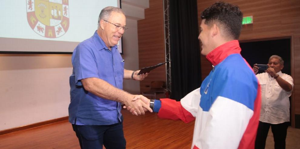 Alcaldía de Panamá rinde tributo al club 'Ciclones de Neptuno'