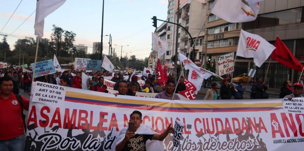 Cerca de un millar de personas protesta en Quito contra medidas del Gobierno