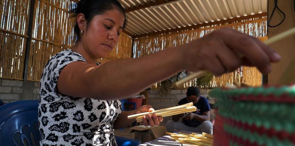 Un taller mexicano fabrica pajillas ecológicas para combatir uso de plástico