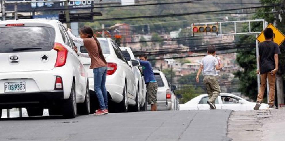 Niños hondureños recuerdan su día trabajando en las calles o el campo