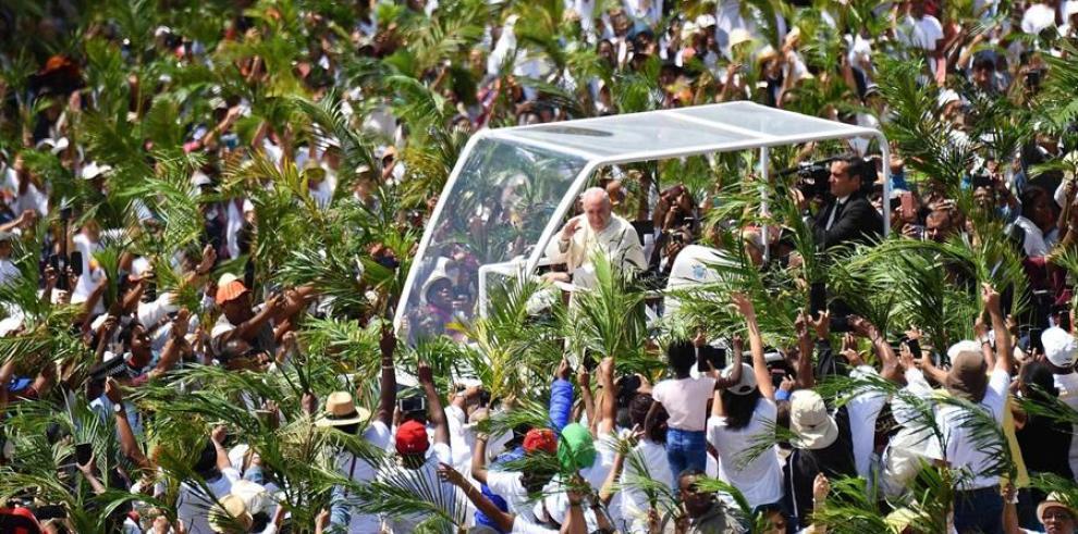 El papa concluyó su viaje a África donde denunció la crisis socioambiental