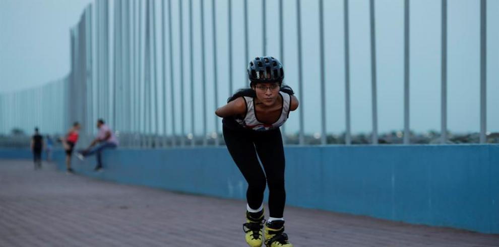 Una patinadora indígena panameña busca abrirse paso en competencias europeas