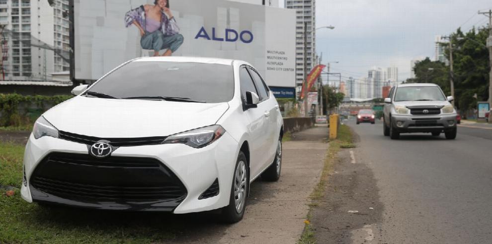 Incremento de multas por estacionarse en aceras no termina de convencer a ciudadanos