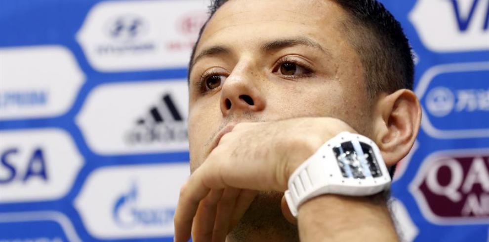 El delantero mexicano Chicharito Hernández llegó a Sevilla y firmará por 3 años