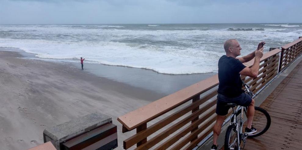 Dorian, con vientos aminorados de categoría 3, pone rumbo a la costa de EEUU