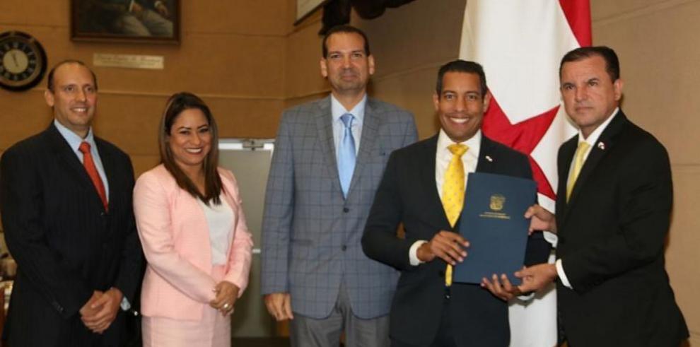Ministro Romero presenta ley que crea dos notarías en Panamá Oeste
