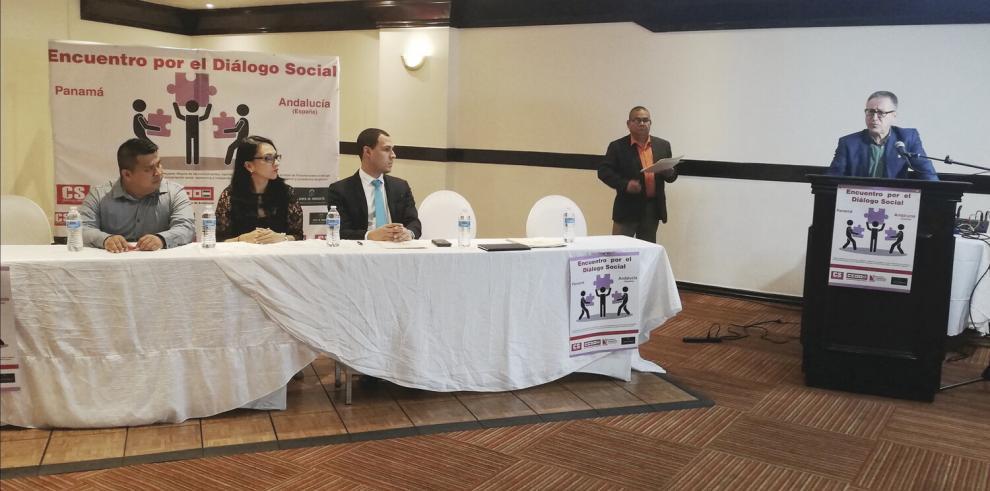 Eduardo Gil, de Convergencia Sindical; Markova Concepción, ministra de Trabajo; y Walker Sizemore, del CoNEP. En el podio, Francisco Alfonsín, de Andalucía.