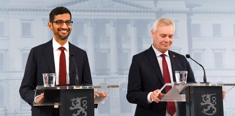 Sundar Pichai, ejecutivo de Google (i)