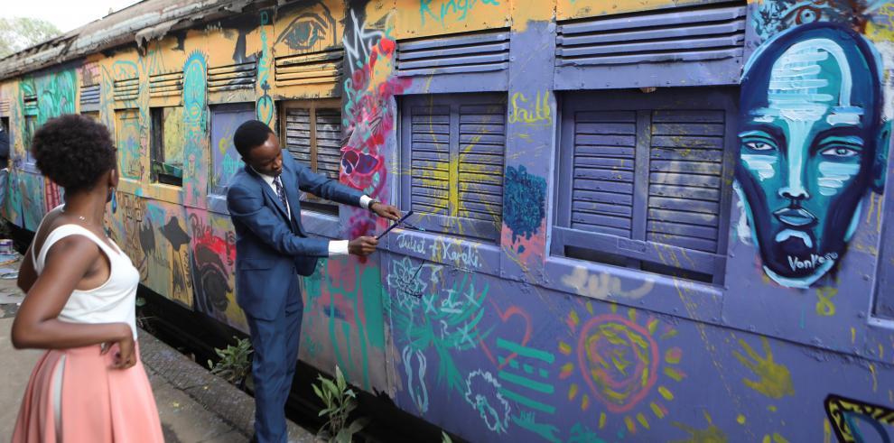El estudio en el que trabaja, un remodelado vagón de tren no muy alejado del bullicioso corazón de la capital keniana