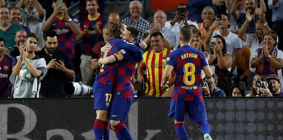 El delantero francés del FC Barcelona Antoine Griezmann (i) celebra su gol con sus compañeros, el delantero argentino Lionel Messi