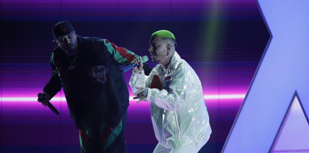 Nicky Jam (i) y J Balvin se presentan durante la 19a ceremonia anual de los Premios Grammy Latinos en el MGM Grand Garden Arena en Las Vegas, Nevada