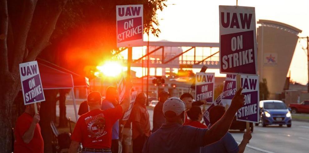 Casi 50.000 trabajadores de GM entran en su segundo día de huelga en EEUU