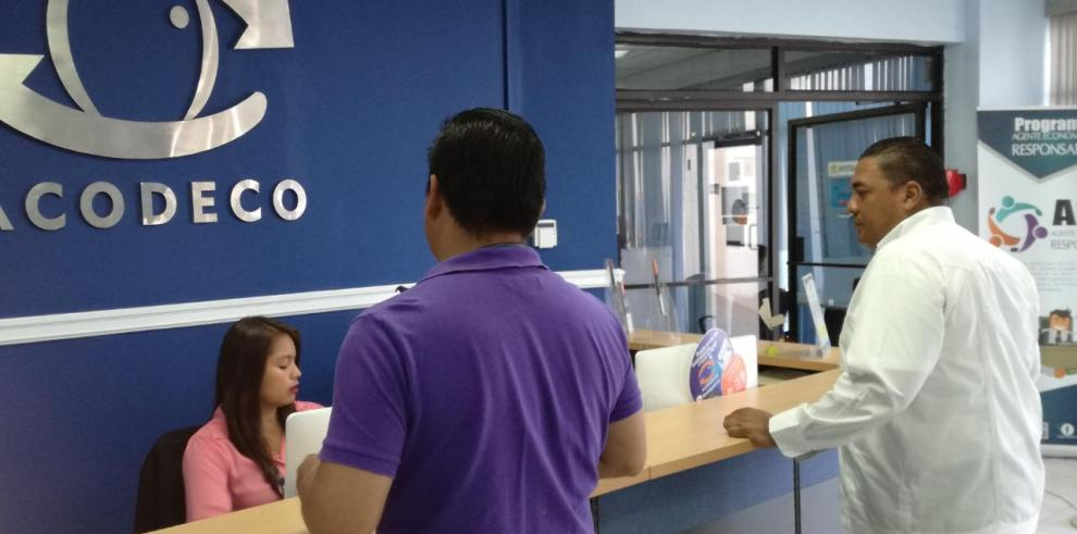 Acodeco multa a comercios por no cumplir con descuentos para discapacitados