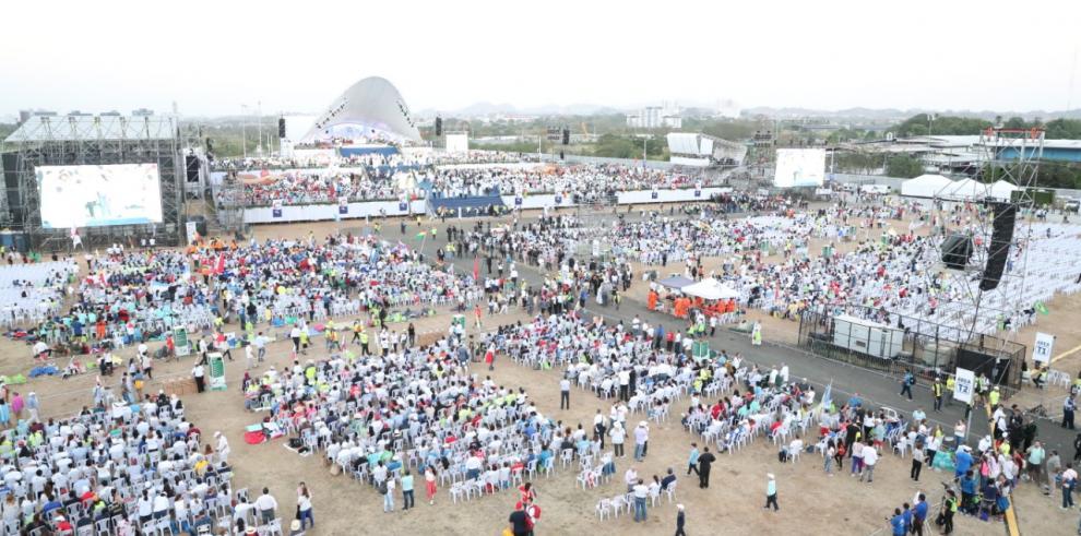 Peregrinos esperan la misa en el campo San Juan Pablo II
