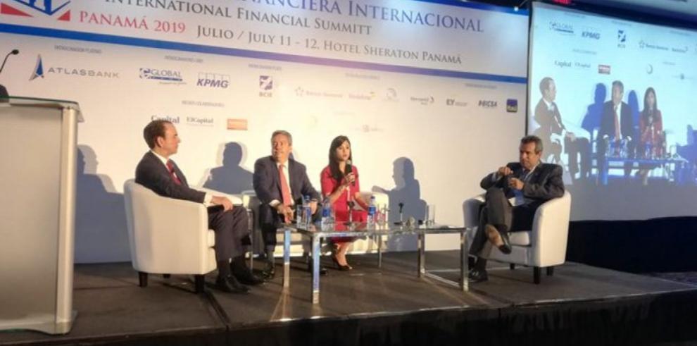 Regulaciones y clientes, tema central de cumbre bancaria