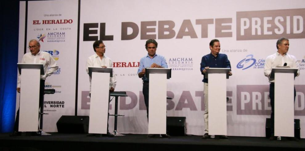 Candidatos colombianos discuten sobre corrupción y paz en acalorado debate