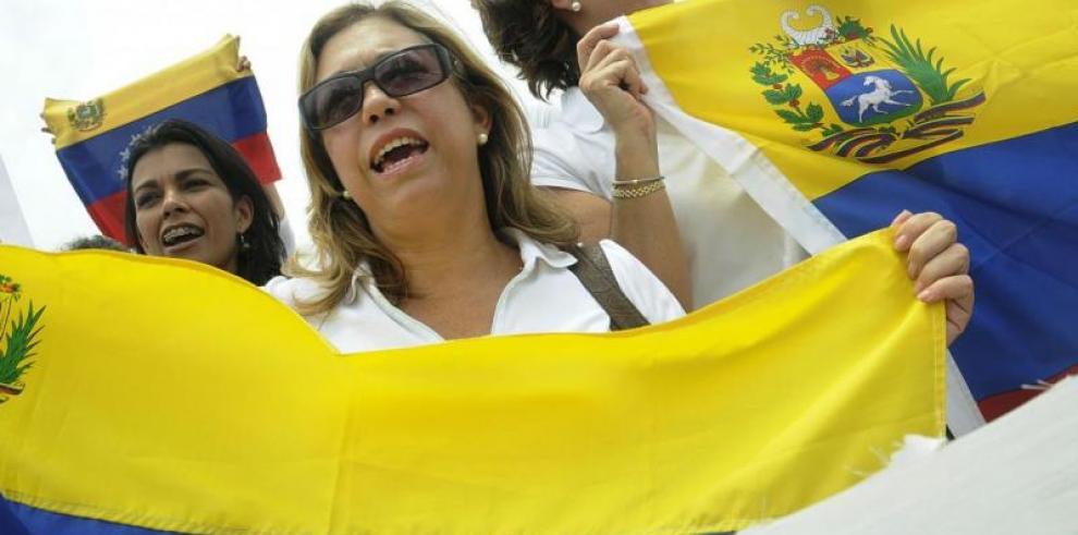 Chavismo y oposición protestan contra la crisis, pero con distinta agenda