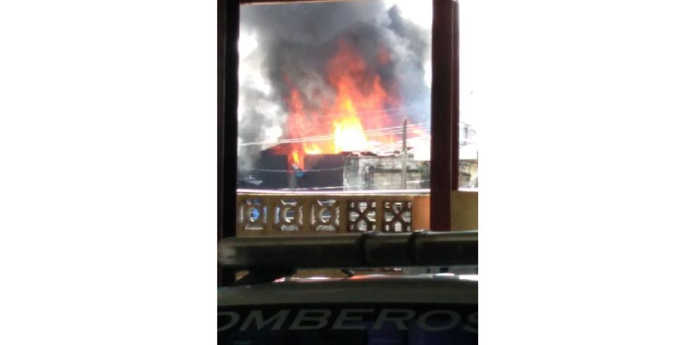 Bomberos reportan incendio en la ciudad de Colón