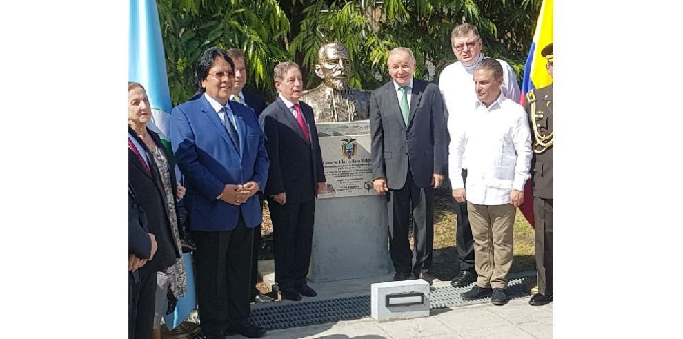 Develan busto de Eloy Alfaro en Sede del Parlatino