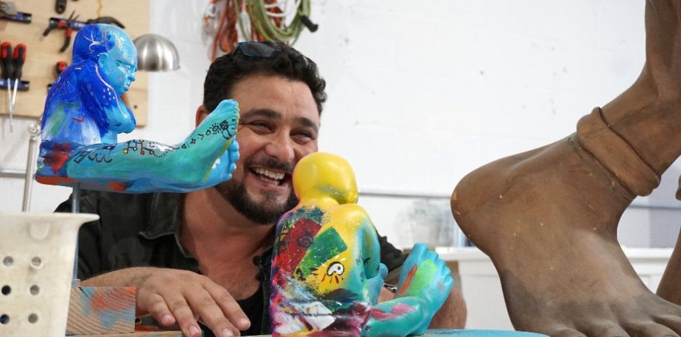 El escultor Idan Zareski tiene su hogar donde tiene sus pies y sus obras