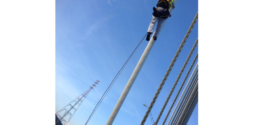 Alpinistas de EEUU trabajan en la inspección del puente Centenario