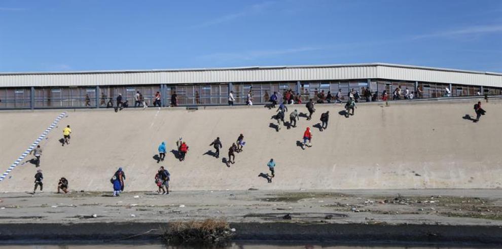 México deportará a migrantes que buscaron cruzar ilegalmente muro con EE.UU.