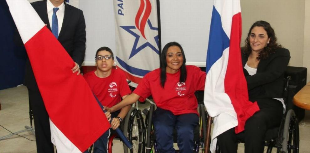 Delegación panameña recibe pabellón tricolor