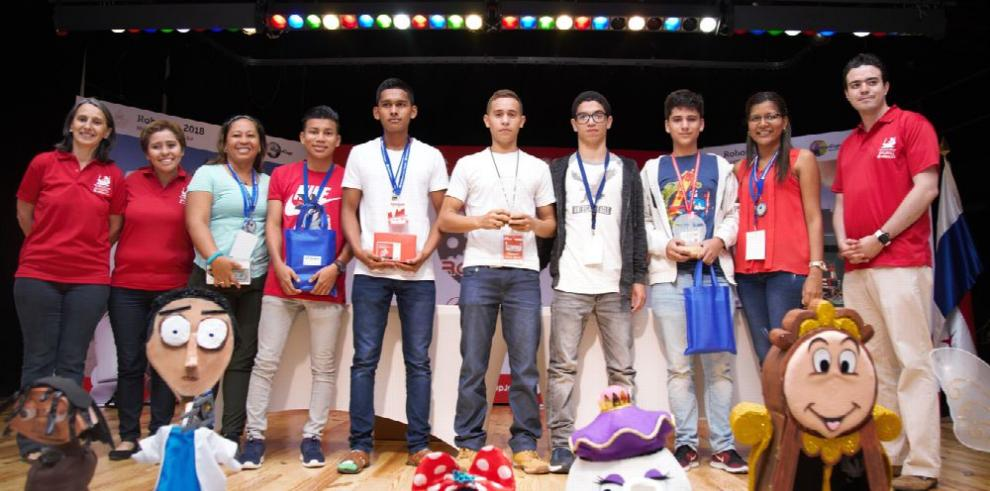 Estudiantes irán a Canadá a competir en robótica