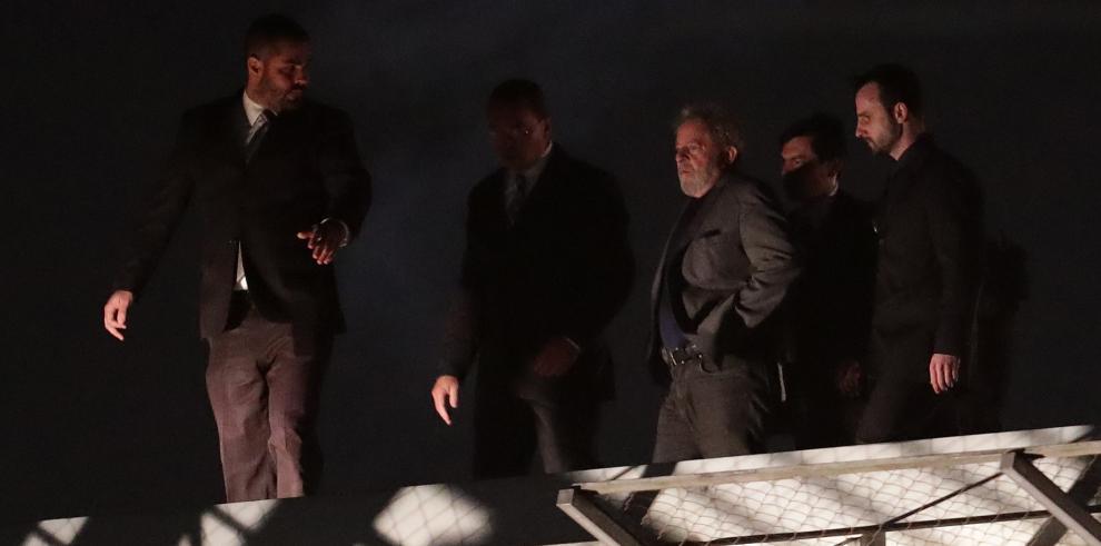 Lula pasa su primera noche en prisión en sede policial rodeada de agentes