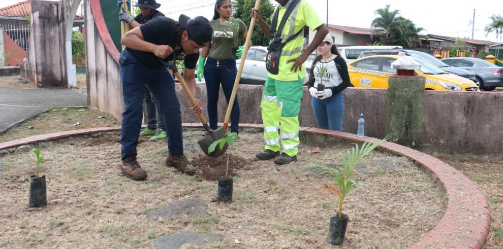 Universitarios se unen a esfuerzos de mejoramiento de parques de San Miguelito