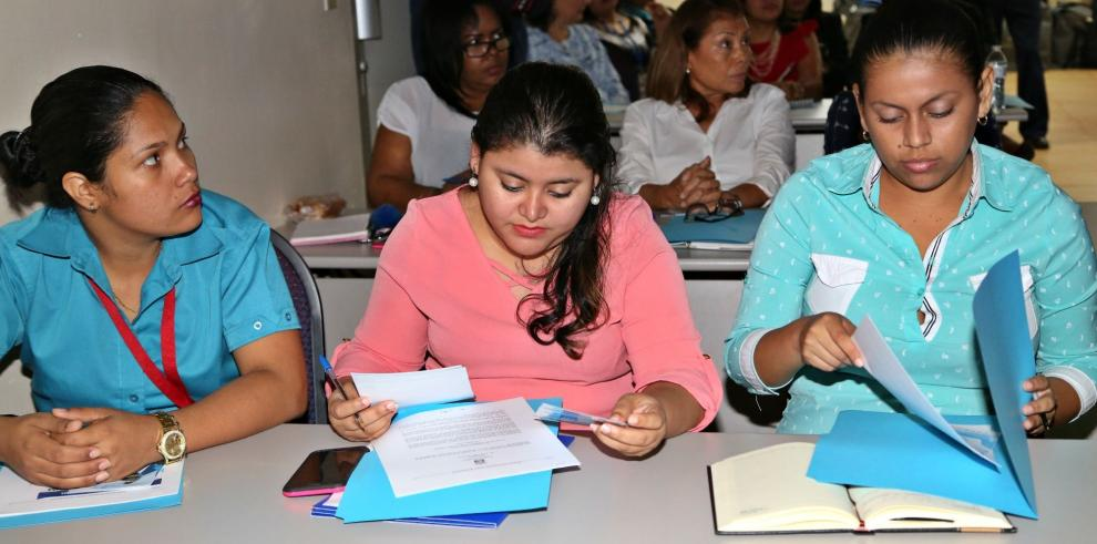 Miembros de la Cruz Roja se informan sobre el voto adelantado