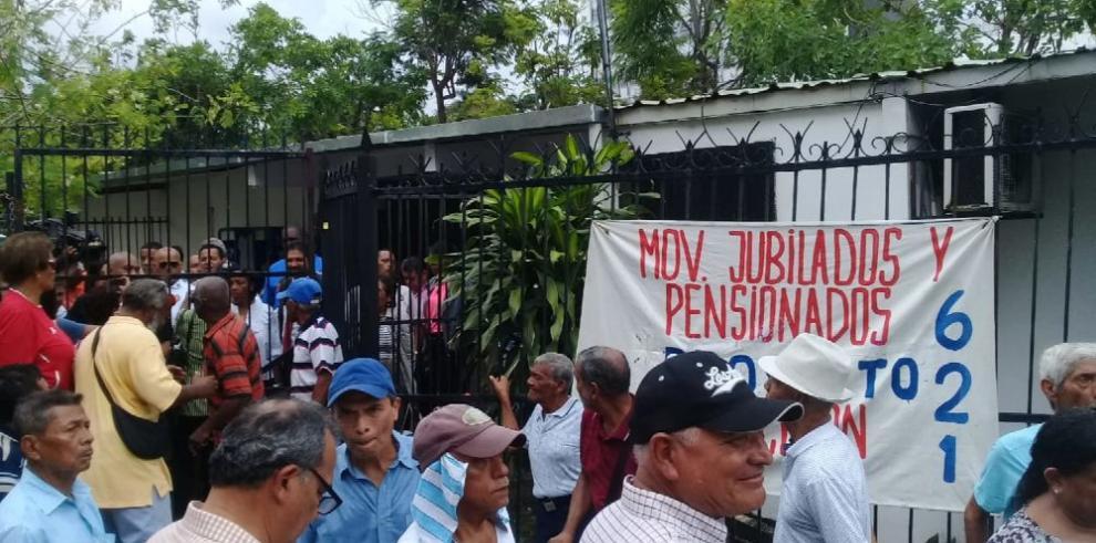 Jubilados protestan en la Asamblea y exigen un aumento de pensiones