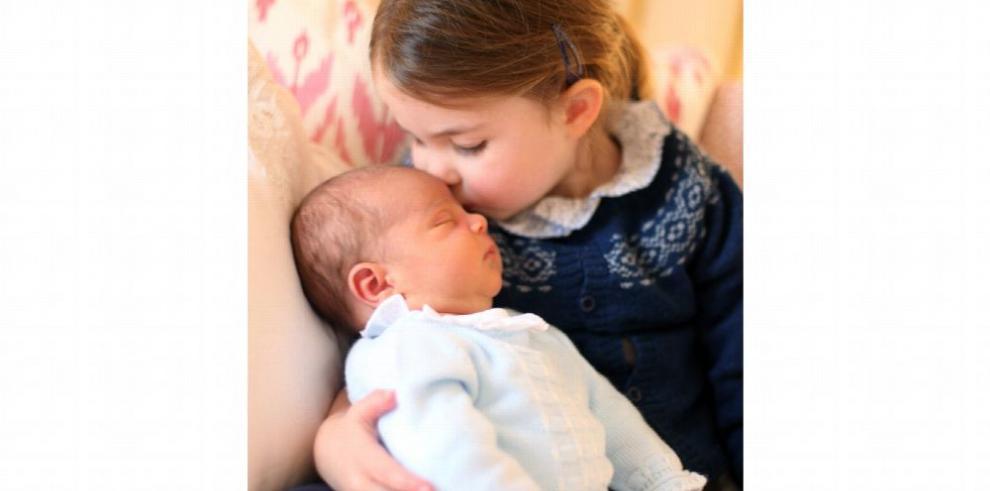 La familia real británica difunde las primeras fotos del príncipe Louis