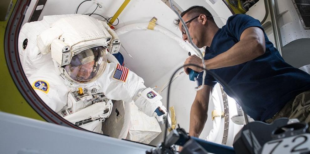 Astronautas de NASA realizan primera caminata espacial del año