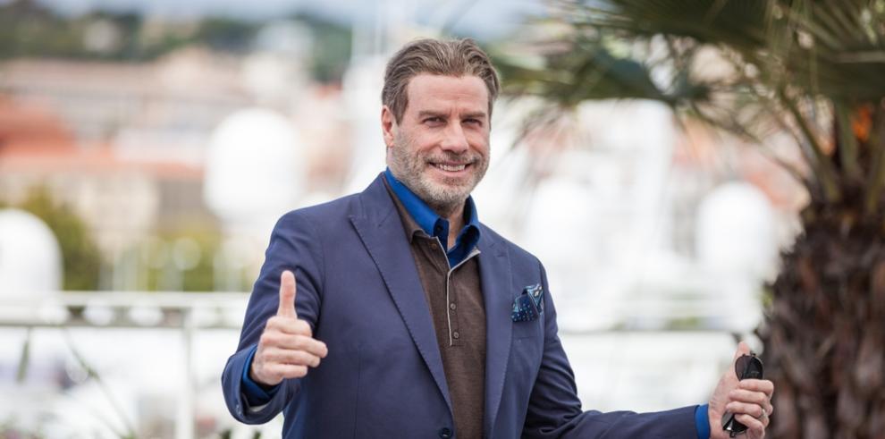 John Travolta recurre a su jet privado para 'sorprender' a su esposa