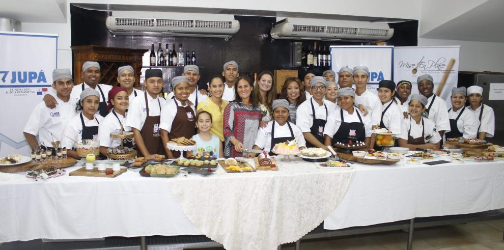 Becados de artes culinarias de JUPÁ presentan examen final de Pastelería