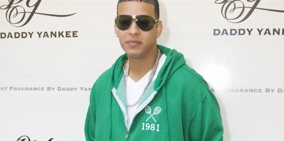 Daddy Yankee rinde homenaje a mujeres con cáncer de seno