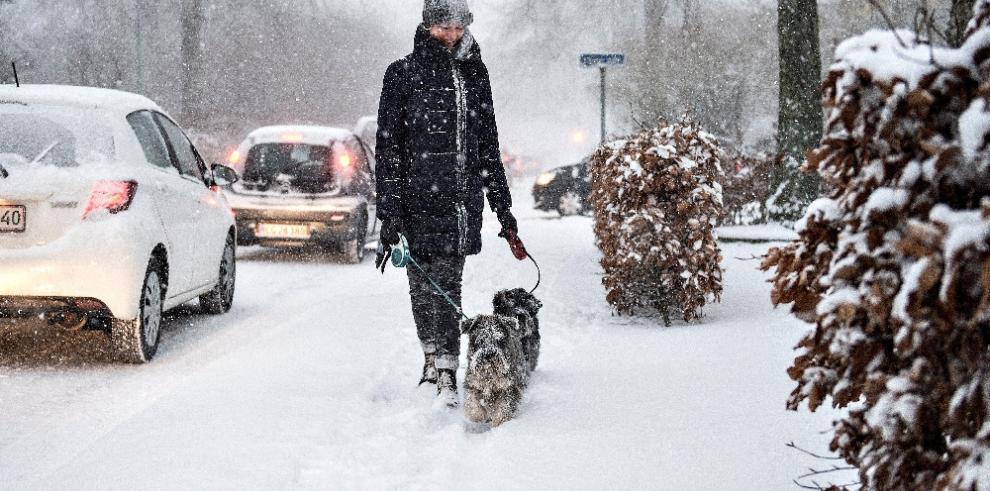 Fuertes nevadas en el Reino Unido alteran el transporte y servicios