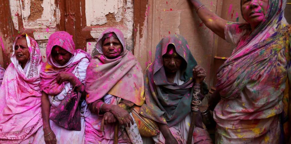 Las viudas de la India desafían la tradición con una lluvia de color y flores