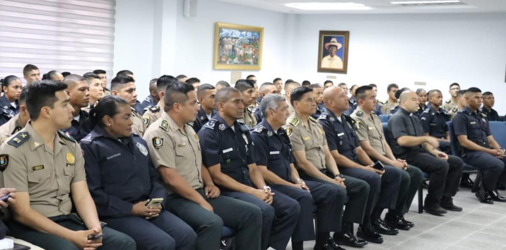 Cadetes peruanos visitan escuela de oficiales de Policía Nacional de Panamá