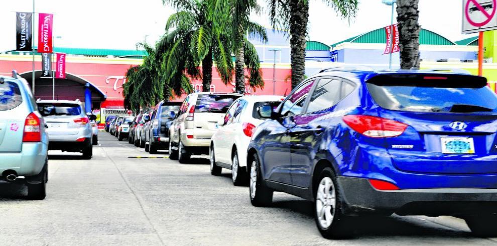 El 30% del tranque vehicular se debe a carros mal estacionados