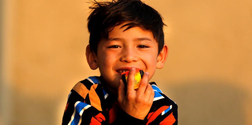 El niño famoso por su camiseta de plástico de Messi, abandona su casa por la guerra