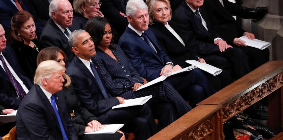 Trump saluda a Obama, pero no a Hillary Clinton, en el funeral de Bush