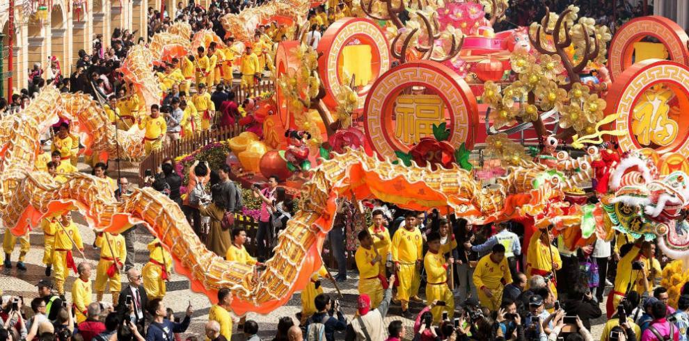 China recibe el Año del Perro con una explosión de color y espiritualidad