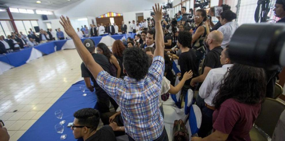 Estudiantes piden la salida de Ortega en el primer día de diálogo