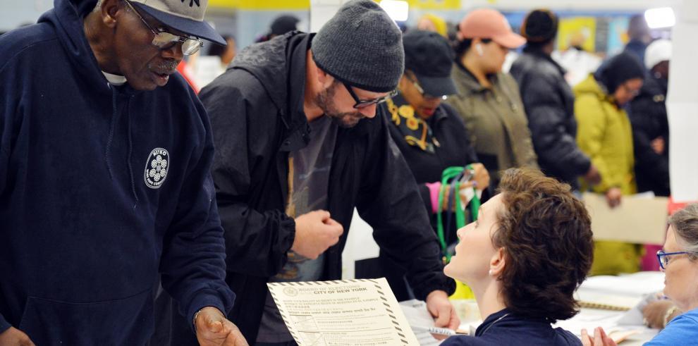 Máquinas estropeadas y largas colas dificultan el voto en Nueva York