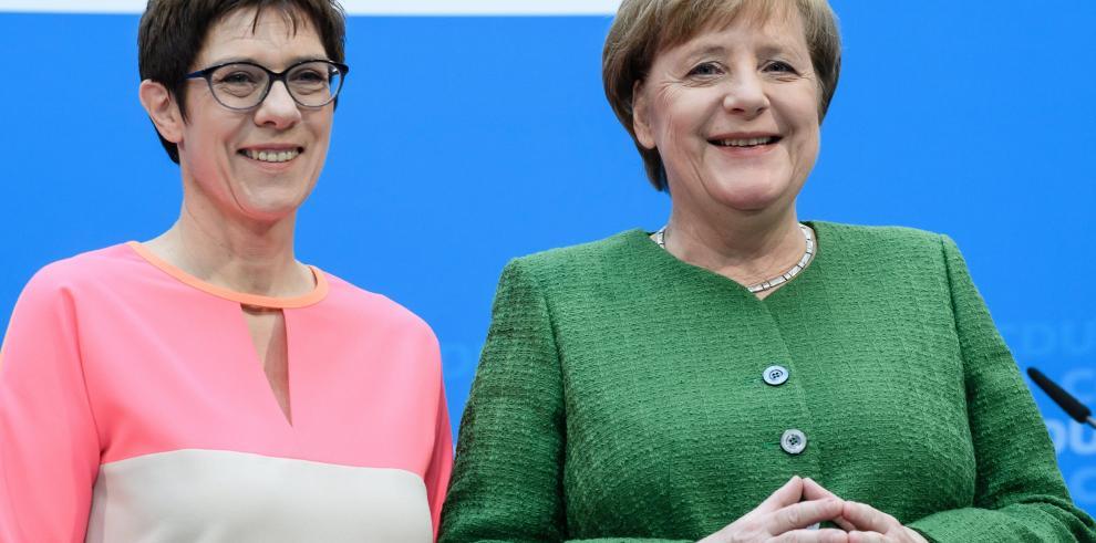 Merkel sienta bases de su sucesión al designar a secretaria general de la CDU
