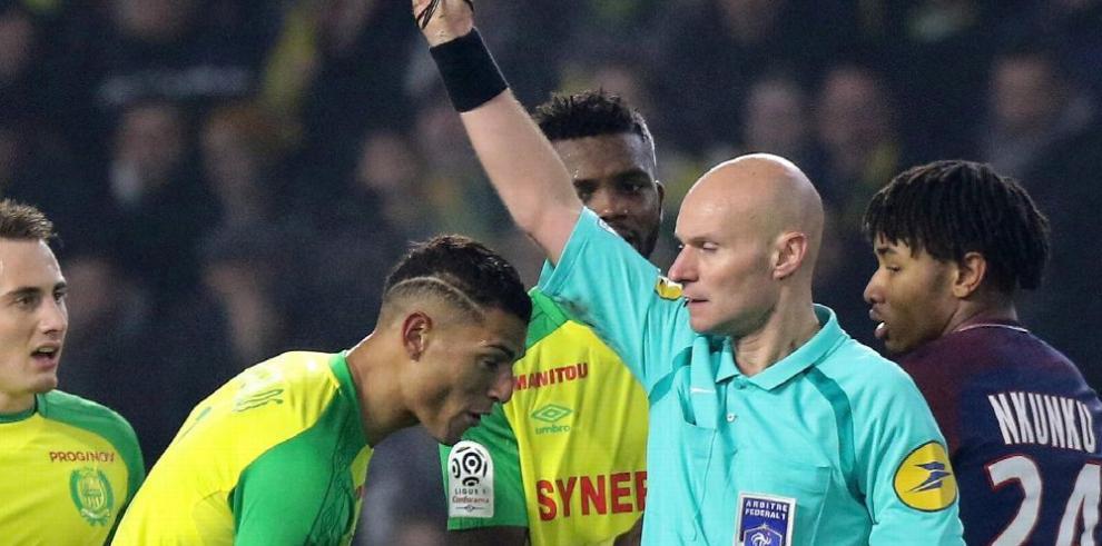 Árbitro que pateó a jugador fue suspendido en Francia