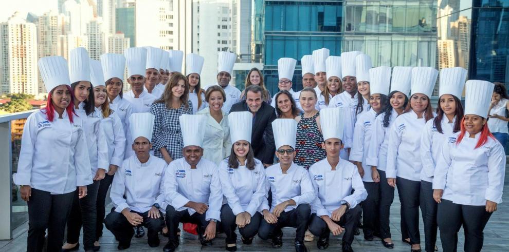 Más de 135 jóvenes se han graduado de Asistentes de Chefs desde 2014 al 2018