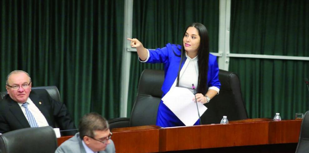 Ejecutivo presiona por ratificación de esposa de ministro